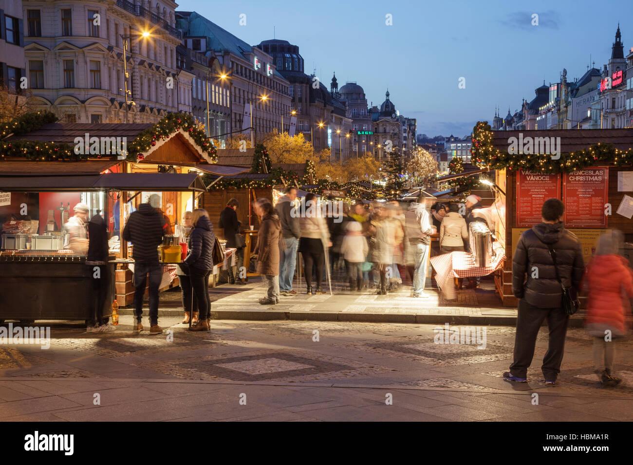 weihnachtsmarkt auf dem wenzelsplatz in der abendd mmerung. Black Bedroom Furniture Sets. Home Design Ideas