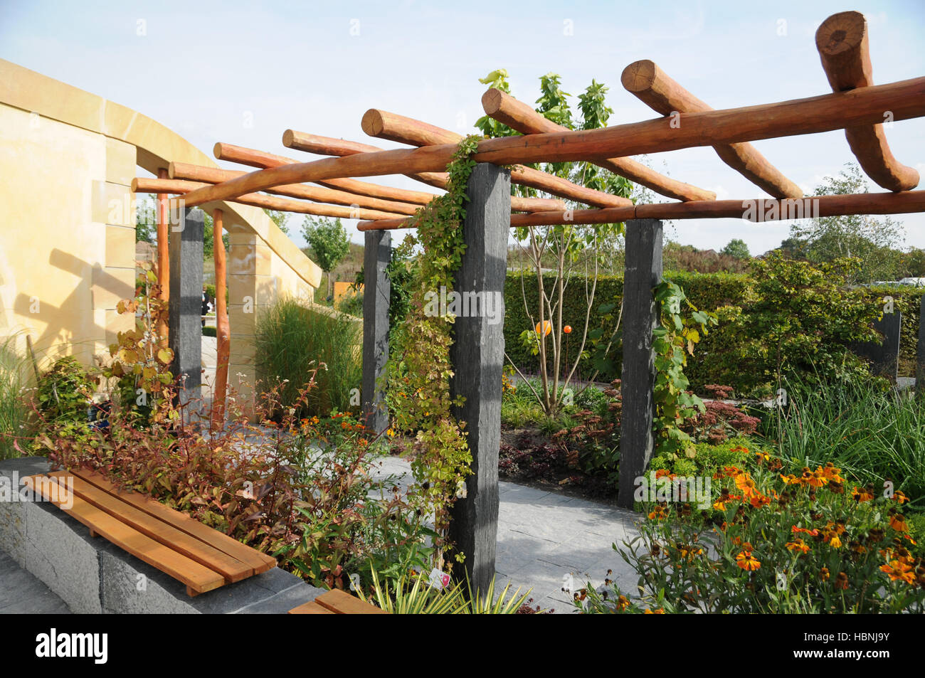 garten mit pergola aus stein und holz gemacht stockfoto. Black Bedroom Furniture Sets. Home Design Ideas