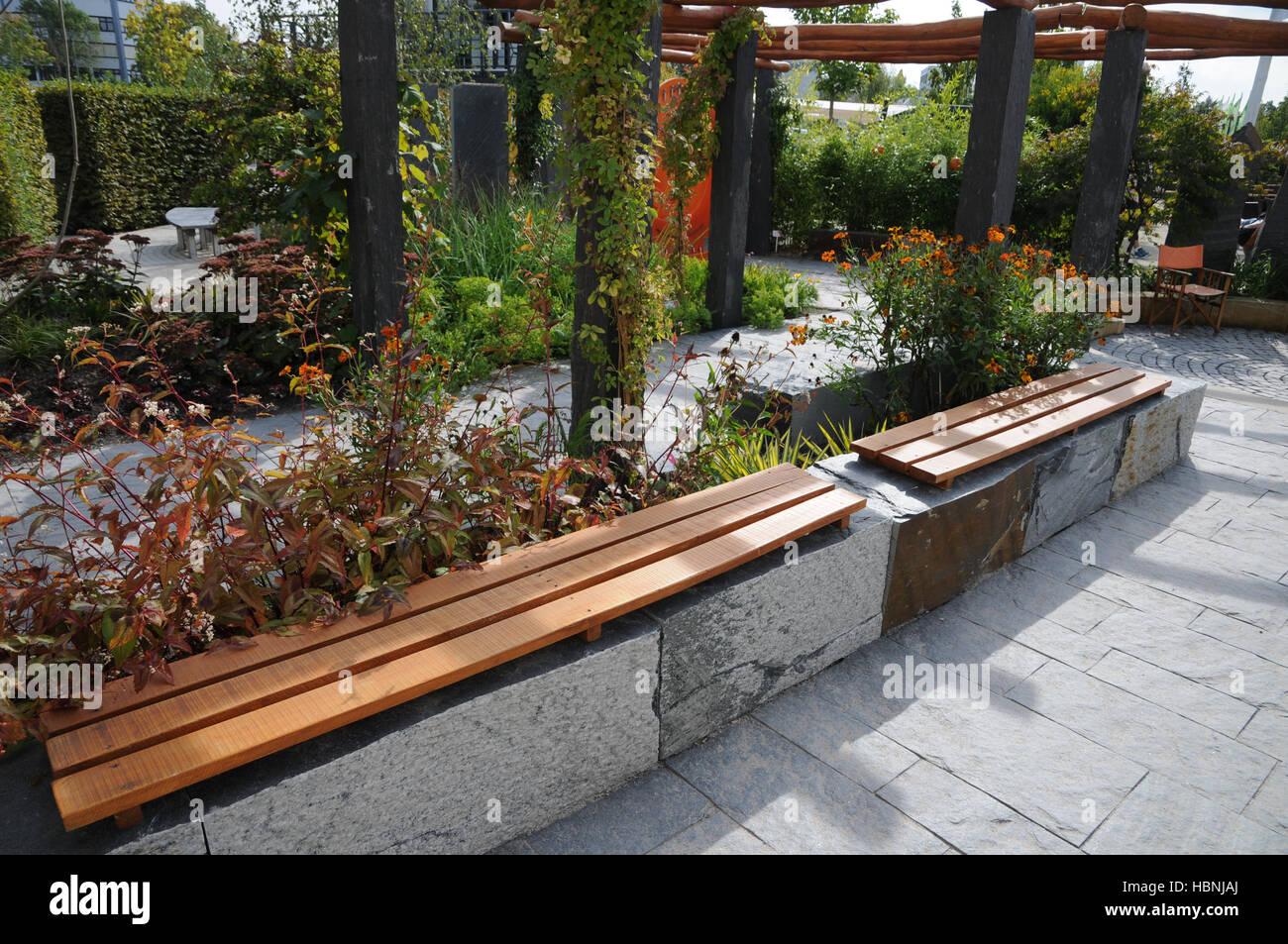 Garten Mit Sitzbank Aus Stein Und Holz Gemacht Stockfoto Bild
