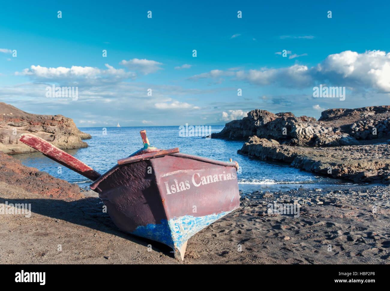 """Malerisches altes Fischerboot auf dem Vulkan-Strand von """"Los Vulkane de Teneguia"""" im Süden von La Stockbild"""