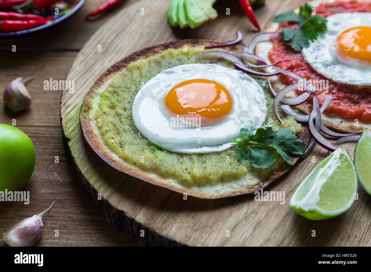 Farbenfrohe mexikanische Küche Frühstück Gerichte auf einem Holztisch Stockbild