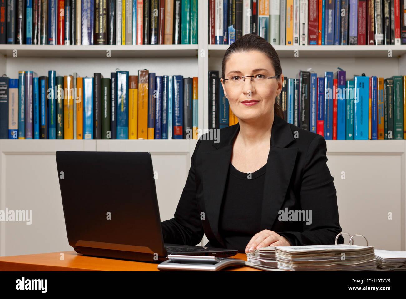 Reife Frau in einem Büro oder Bibliothek, Steuer oder Finanzbuchhalter, Berater, Berater oder Ratgeber Stockfoto
