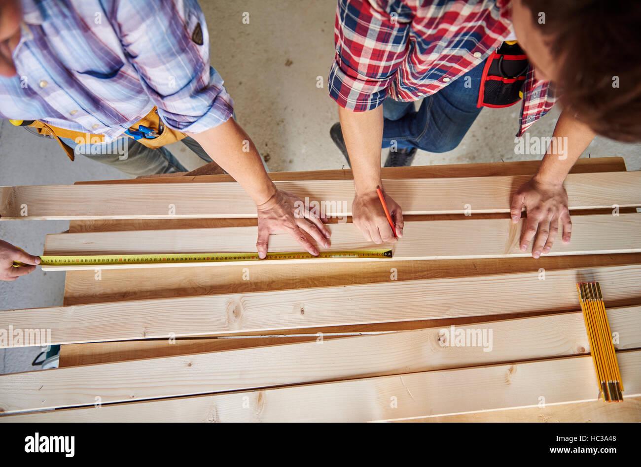 Weitere Messung durchgeführt von Tischlern Stockbild