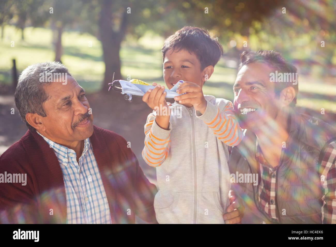 Fröhliche junge mit Spielzeugflugzeug von Familie Stockbild