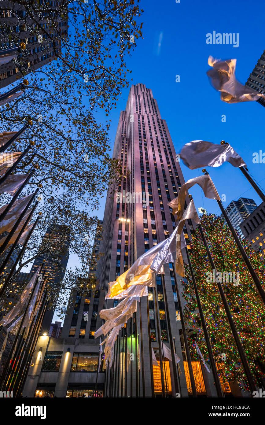 Rockfeller Center mit Weihnachtsbaum und Weihnachtsschmuck in der Dämmerung. Midtown Manhattan, New York City Stockbild
