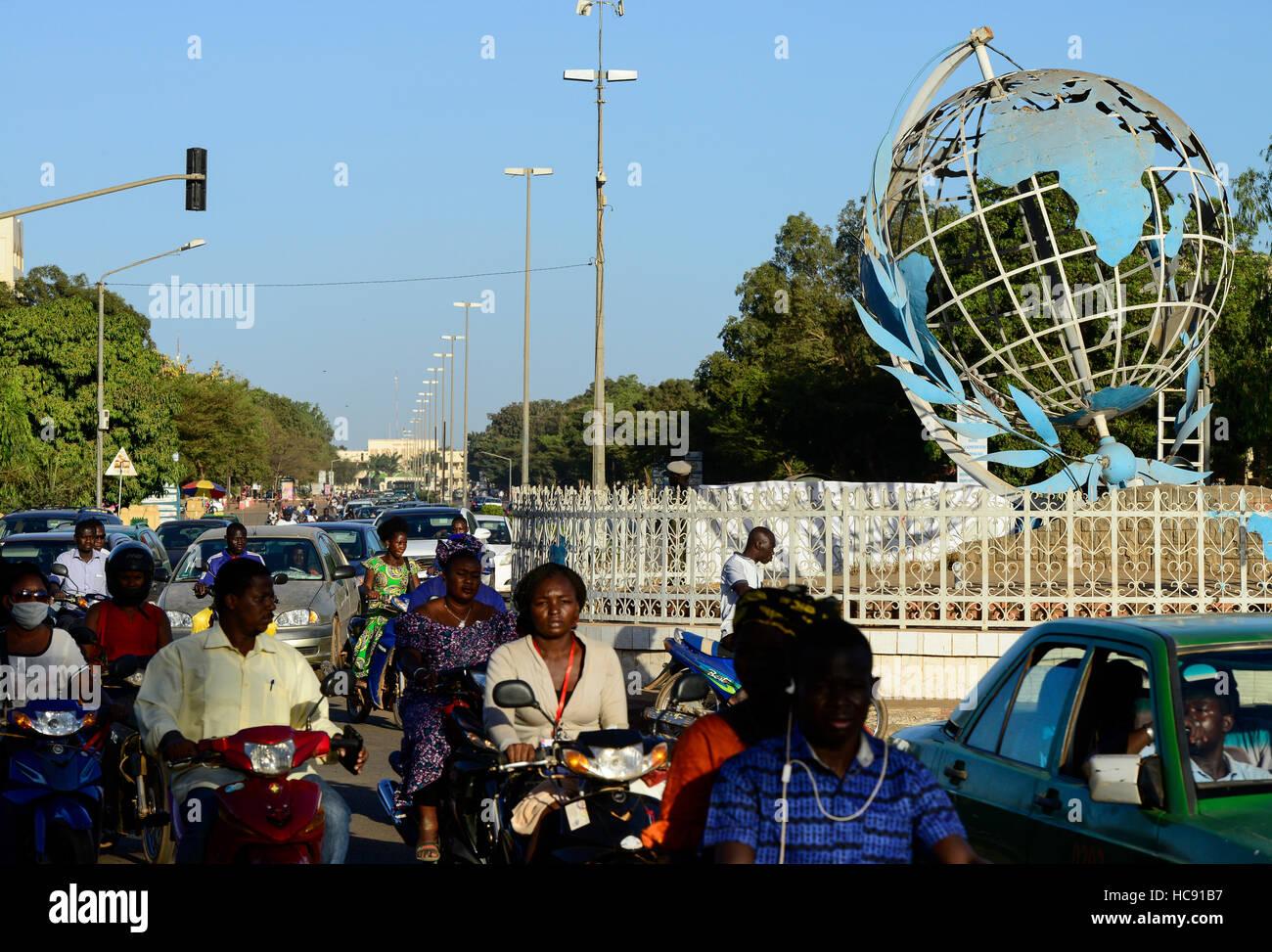 BURKINA FASO, Hauptstadt Ouagadougou, Verkehr, Kreisverkehr mit der ganzen Welt das Symbol des UN / Kreisverkehr Stockbild