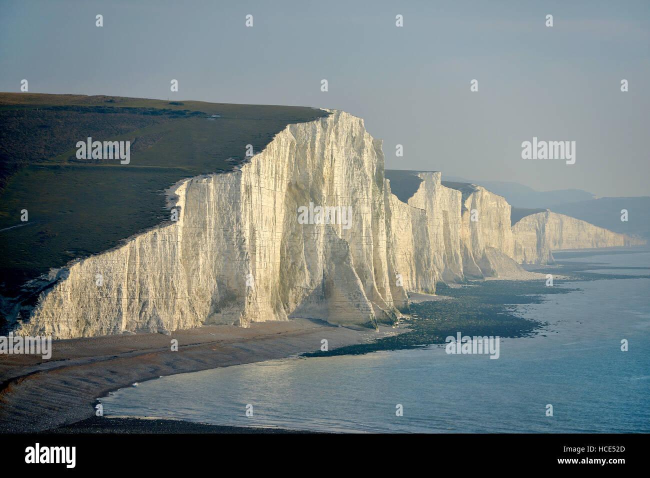 Sieben Schwestern Kreidefelsen. Die kultigen Sussex Küste Ansicht der South Downs National Park mit eine tiefstehende Stockbild
