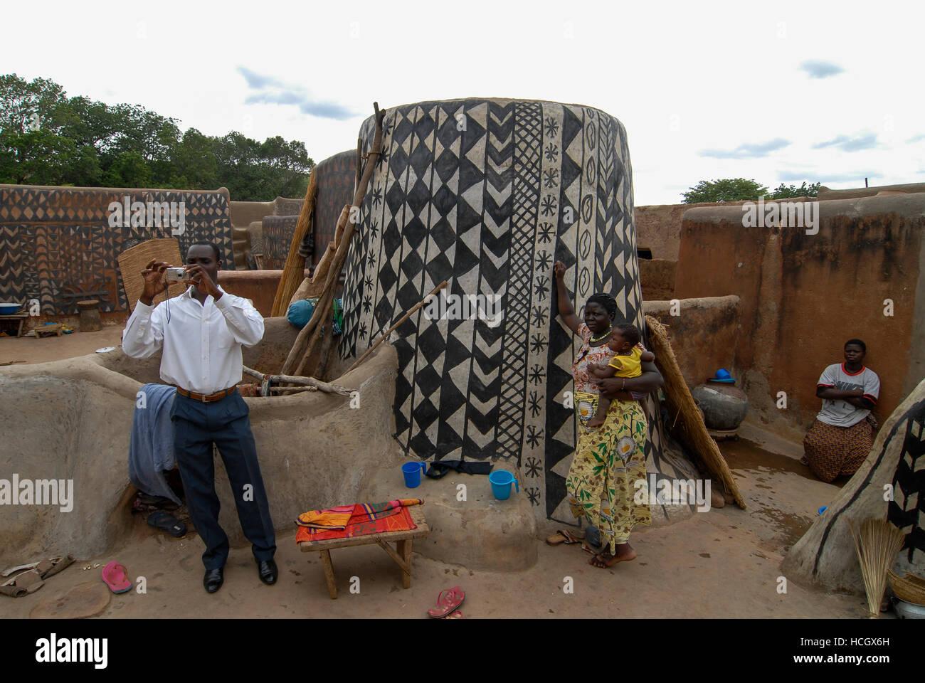 Burkina Faso, Po, Dorf tiebele der kassena Stamm, Lehmhütten mit geometrischen lackiert schwarz-weisse Muster/Dorf Stockbild