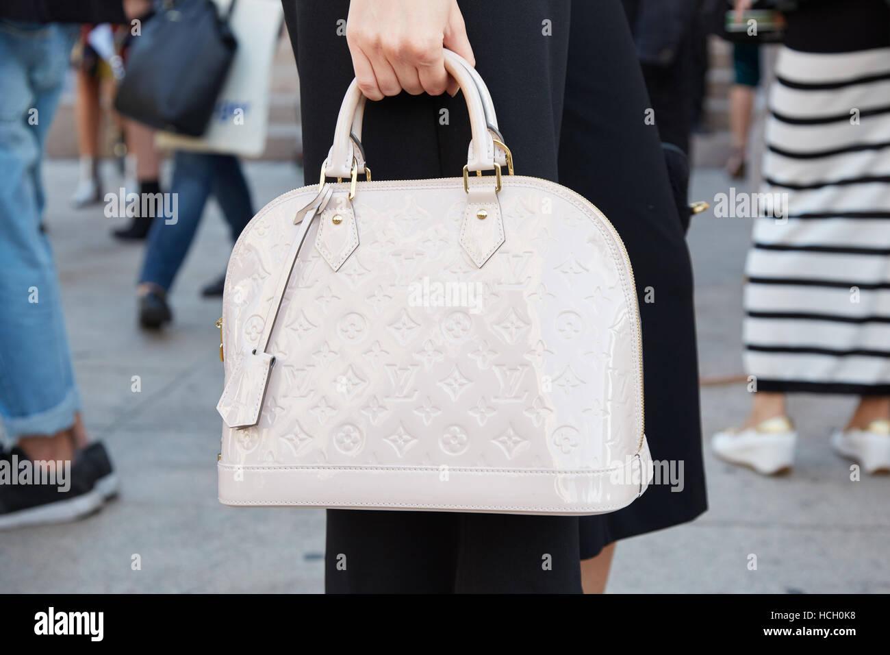 35ac55b15be55 Frau mit weißen Louis Vuitton Tasche vor Cristiano Burani Fashion Show