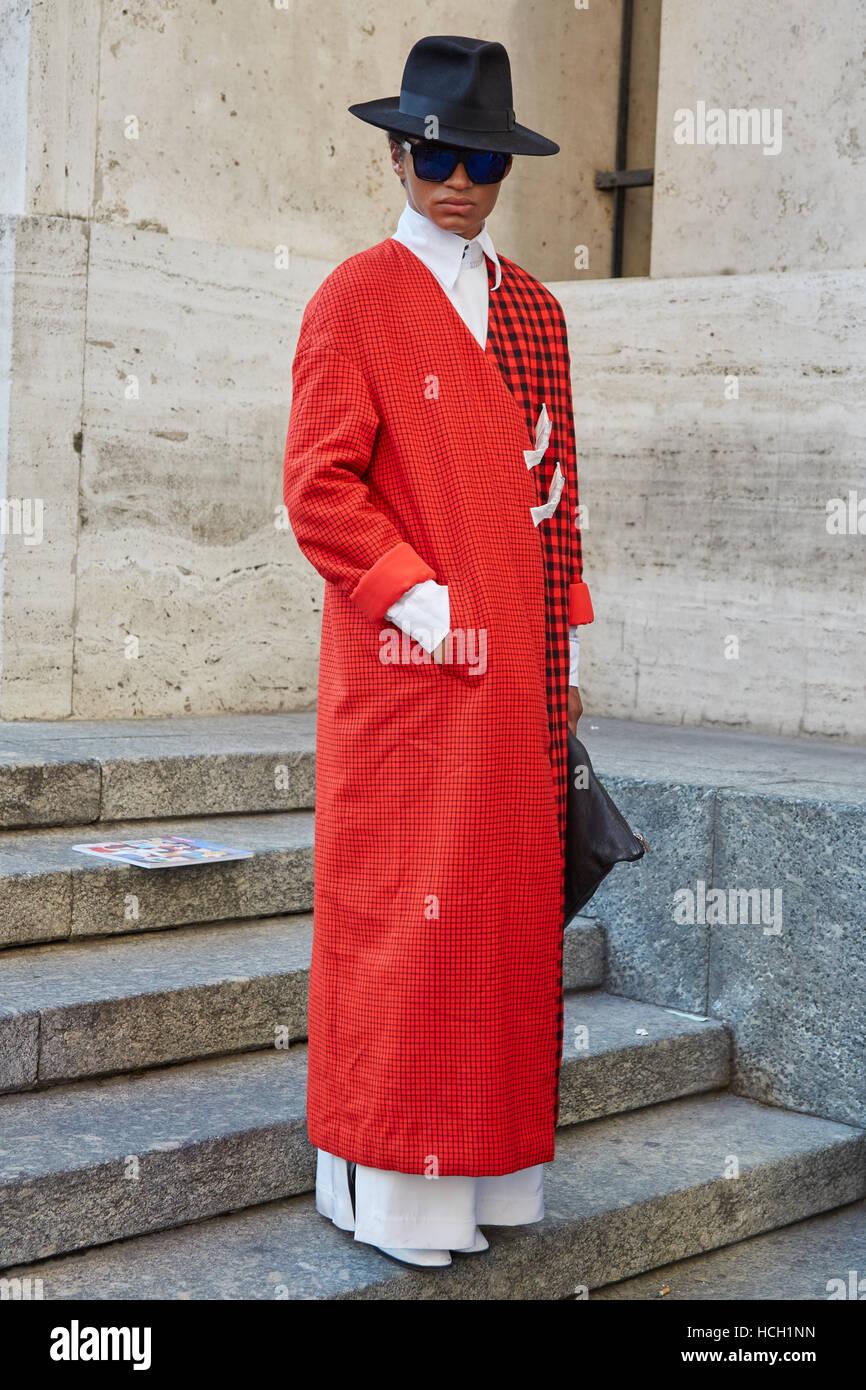 Mann Mit Rotem Mantel Und Schwarzen Hut Vor Salvatore Ferragamo