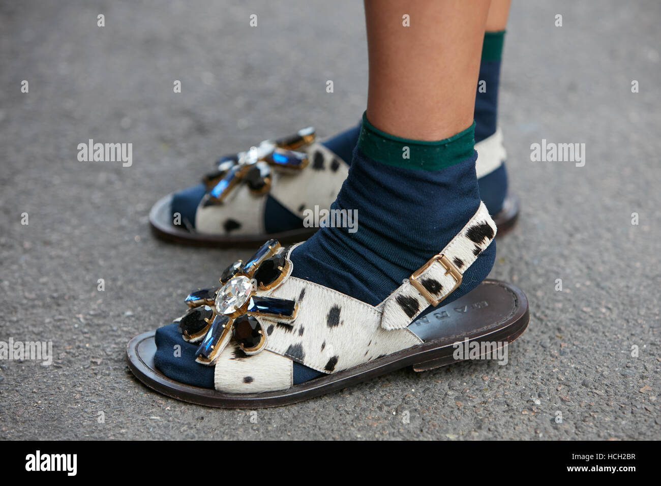Frau mit Marni Sandalen mit Edelsteine vor Max Mara Fashion-Show, Milan Fashion Week Streetstyle am 22. September Stockfoto