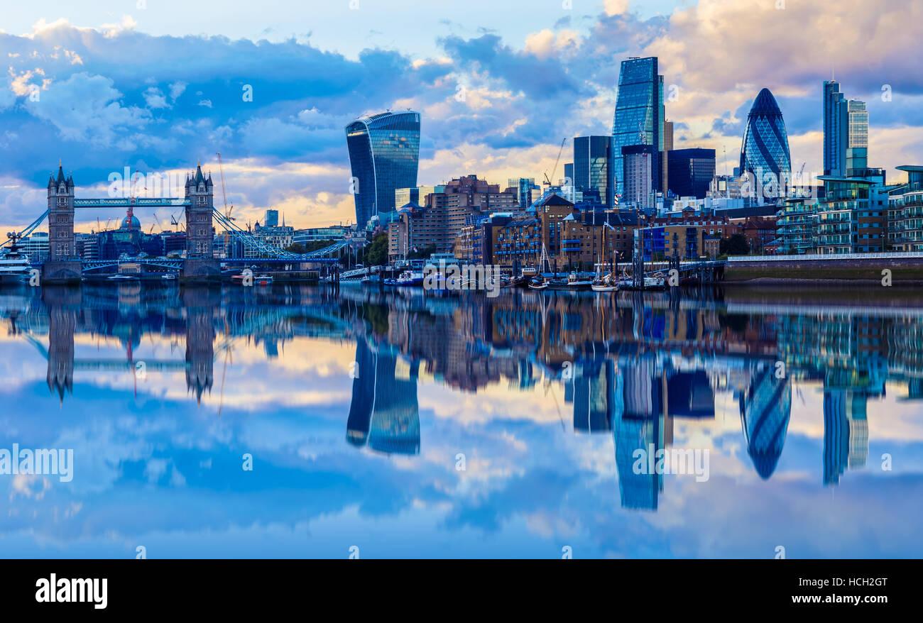 Londoner Stadtbild und seine Reflexion von Themse bei Sonnenuntergang Stockbild
