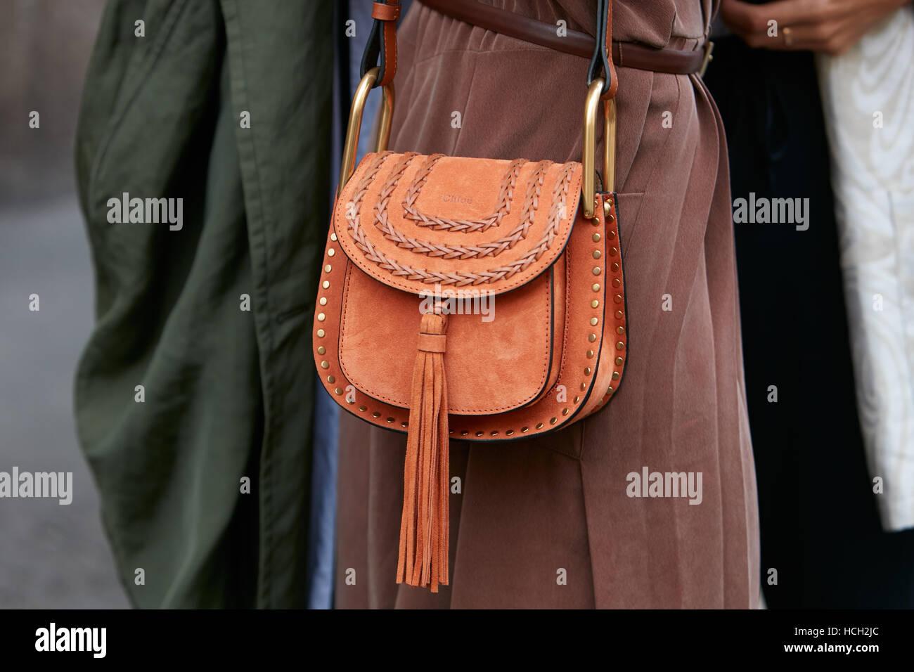 Frau mit Chloe aus braunem Wildledertasche vor Max Mara Fashion Show, Milan Fashion Week Streetstyle am 22. September Stockbild