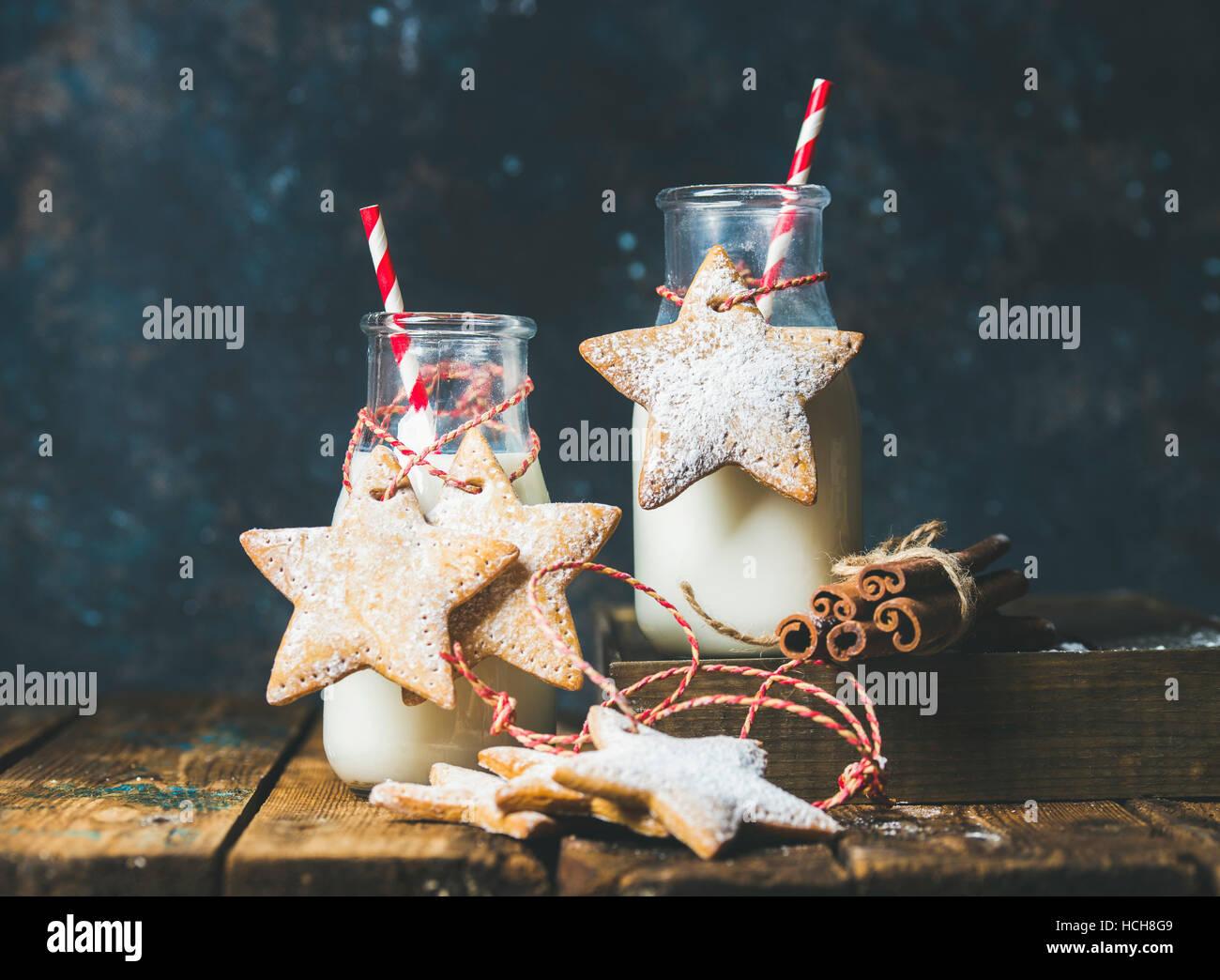 Flasche mit Milch für den Weihnachtsmann, Weihnachten festlich Lebkuchen sternförmige Cookies mit Dekoration Seil, Stockfoto