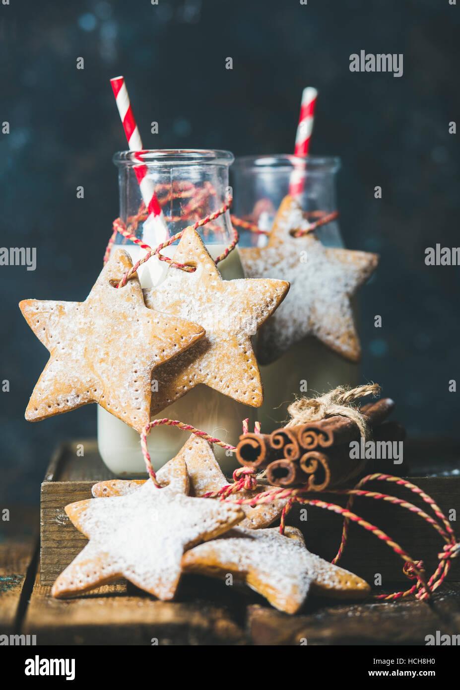 Flasche mit Milch für den Weihnachtsmann, Weihnachten festlich Lebkuchen sternförmige Cookies mit Dekoration Stockbild