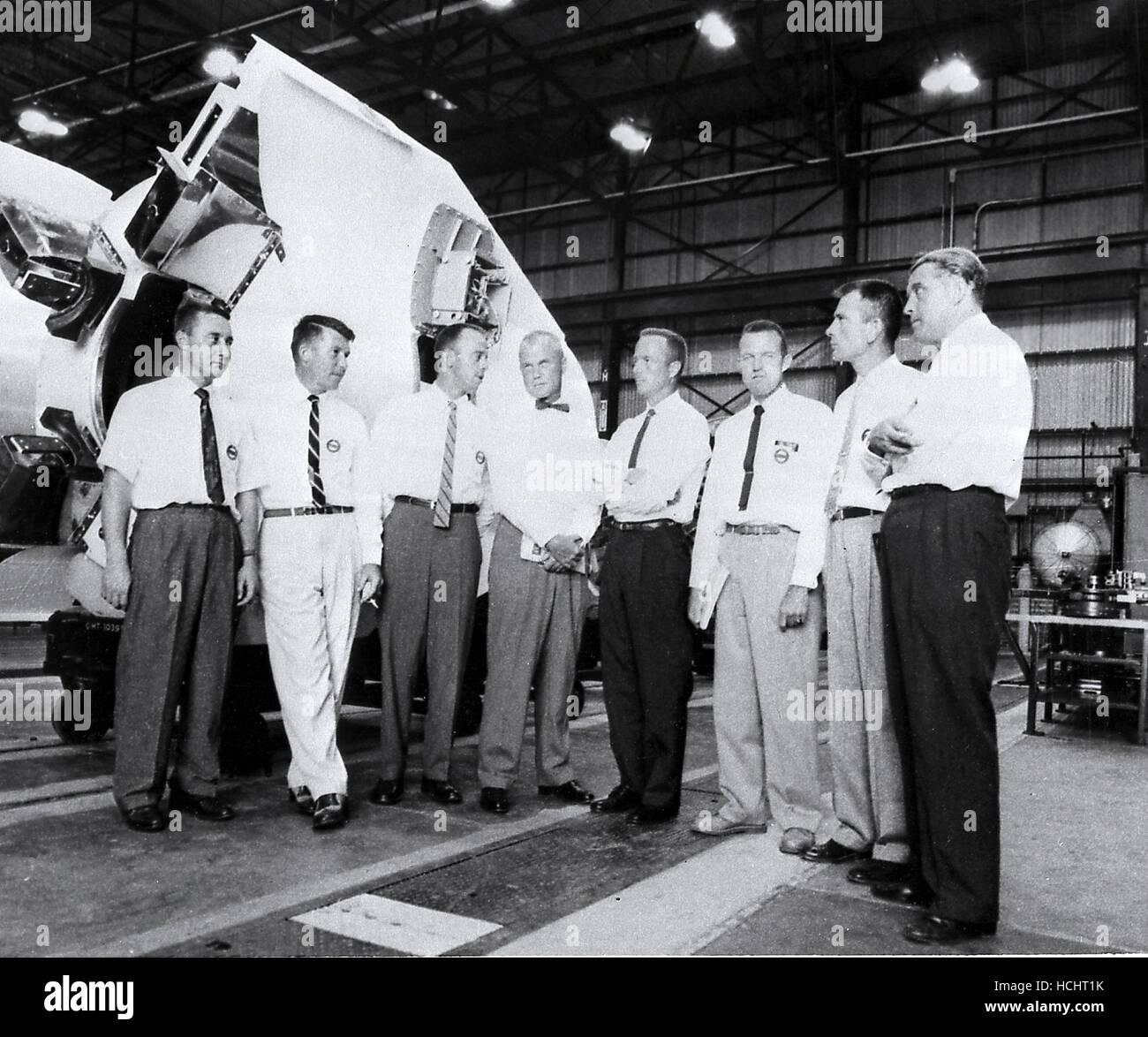 Dr. Wernher von Braun, Direktor der US-Army Ballistic Missile Agency (ABMA) Development Operations Division, zeigt die sieben ursprünglichen Mercury-Astronauten in ABMA Fabrication Laboratory briefing. (Links nach rechts) Guss Grissom, Walter Schirra, Alan Shepard, John Glenn, Scott Carpenter, Gordon Cooper, Donald Slayton und Dr. von Braun.Credit: NASA mittels CNP - NO-Draht-SERVICE - Foto: Nasa/Consolidated News Fotos/NASA über CNP Stockfoto