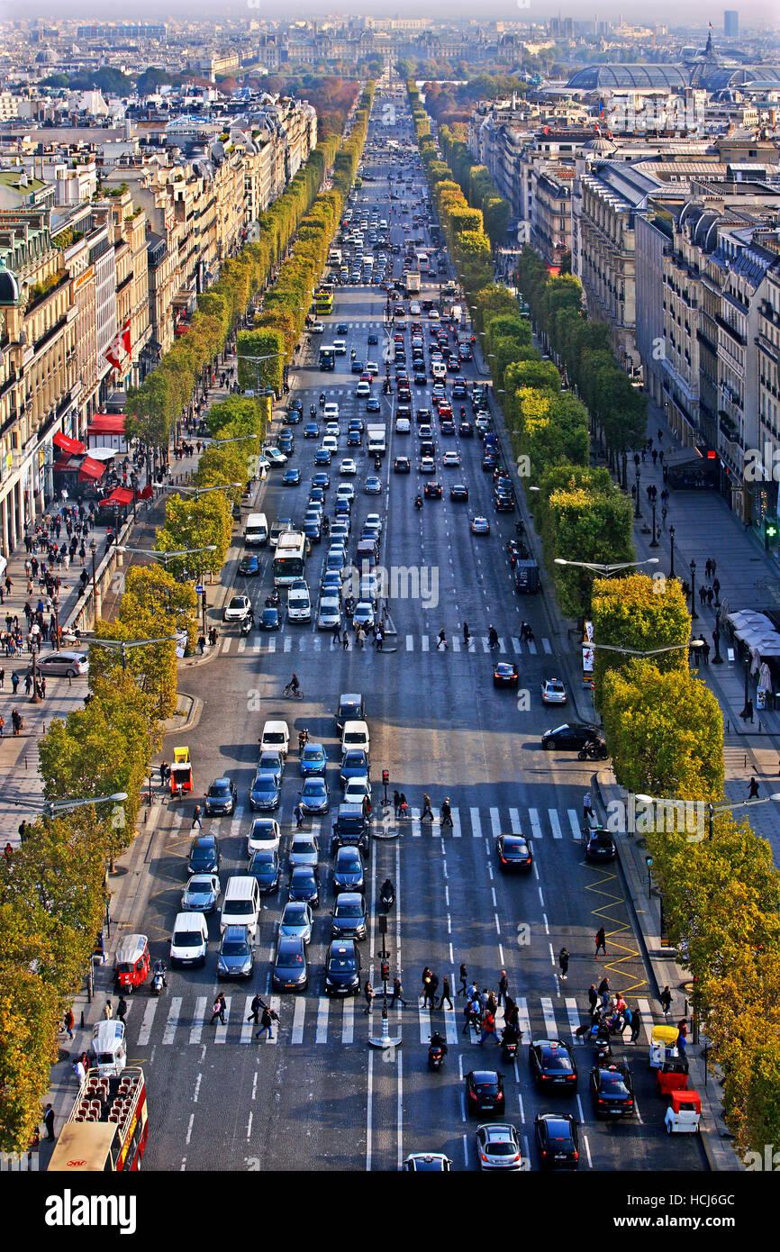 Die Champs-Élysées vom Arc de Triomphe (Triumphbogen), Paris, Frankreich gesehen. Stockbild