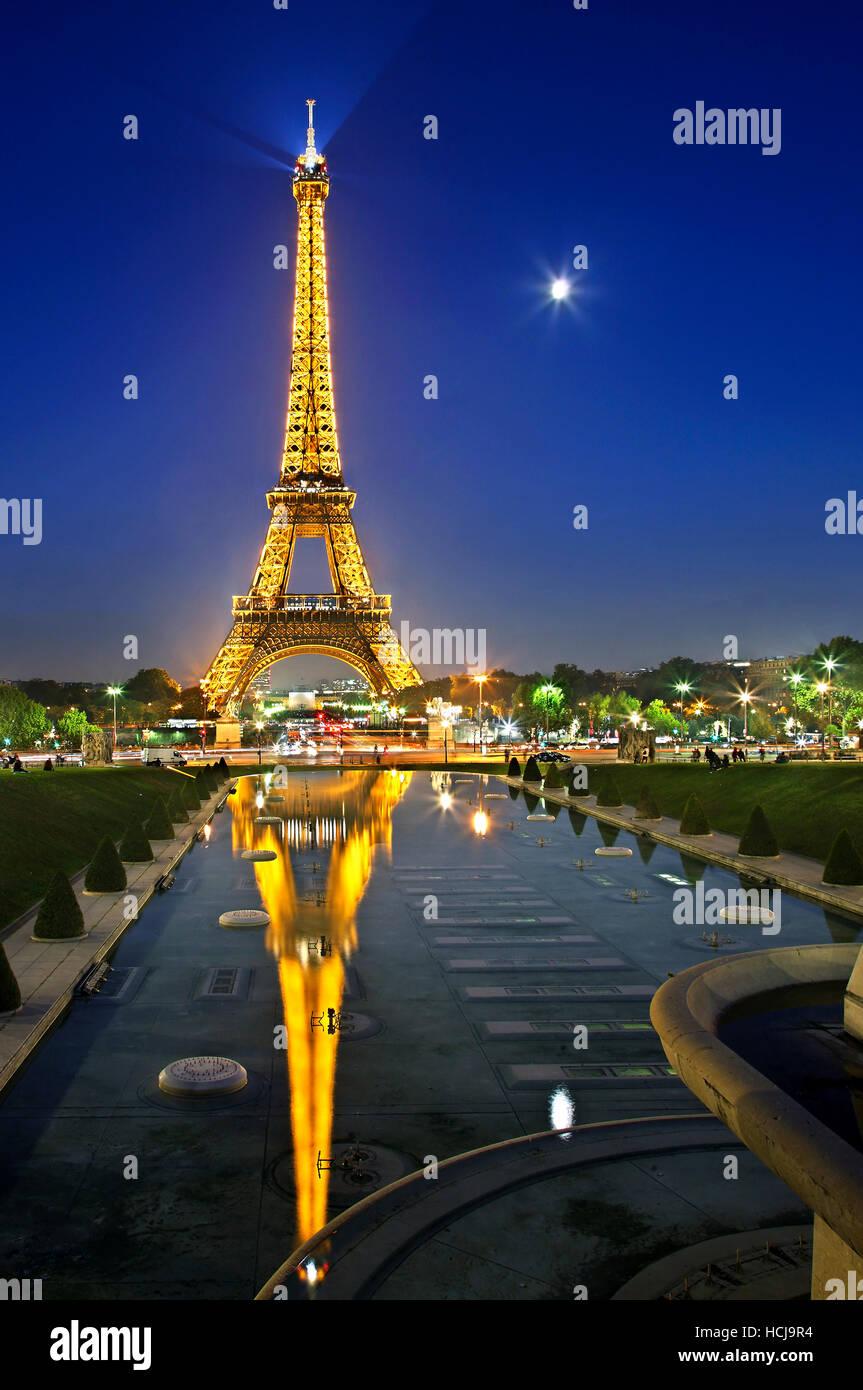 Der Eiffelturm spiegelt sich in den Brunnen von den Trocadero-Gärten, Paris, Frankreich. Blick vom Palais de Chaillot. Stockfoto