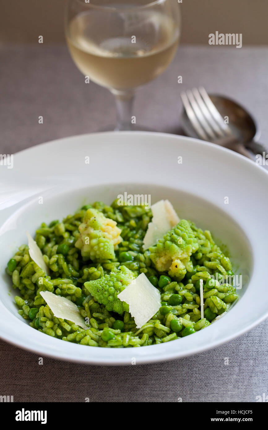 Grüner Risotto mit Romanesco Blumenkohl und parmesan Stockbild