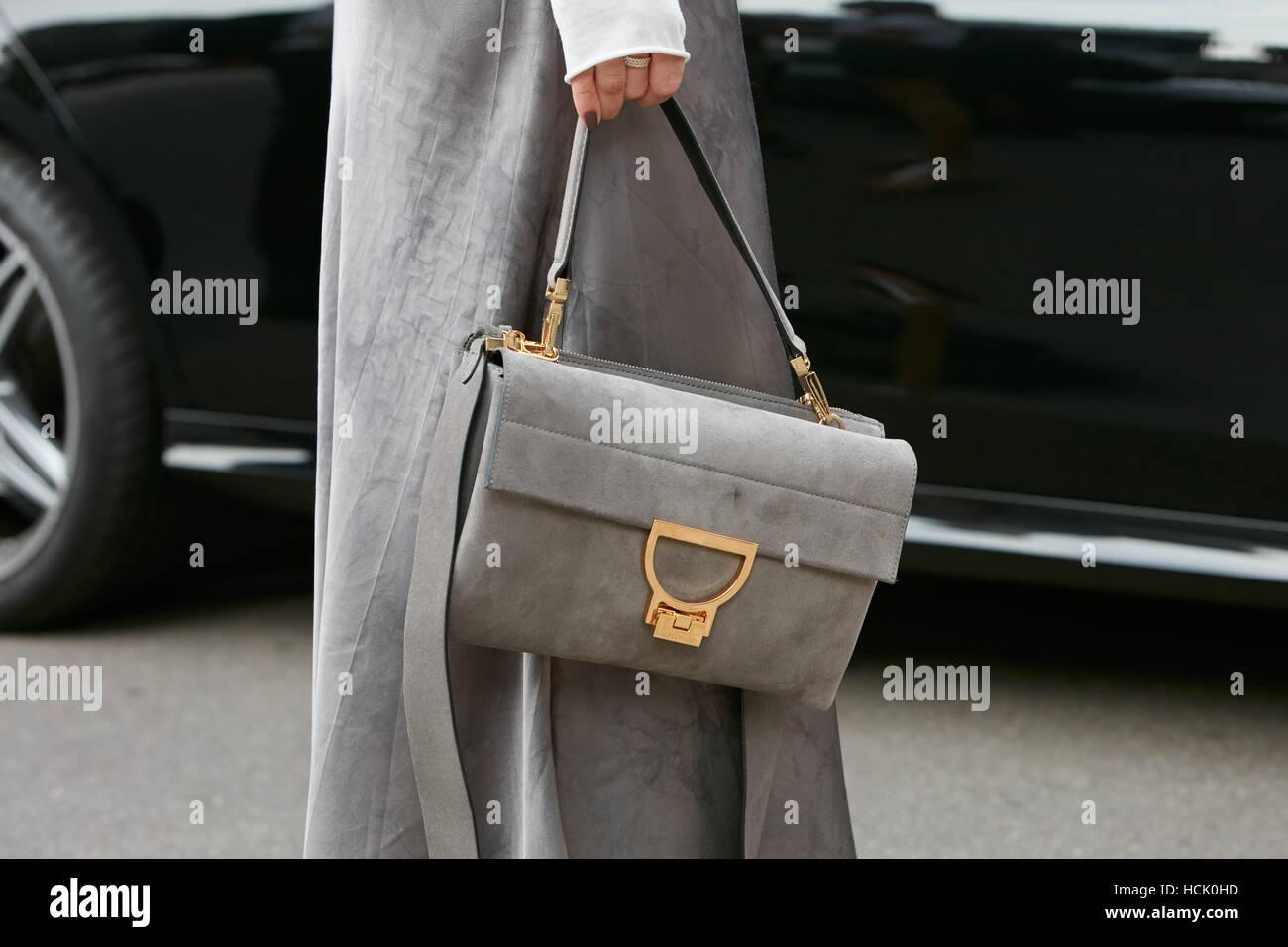 Frau mit grauem Wildledertasche vor Mode Tods Show, Milan Fashion Week Streetstyle am 23. September 2016 in Mailand. Stockbild