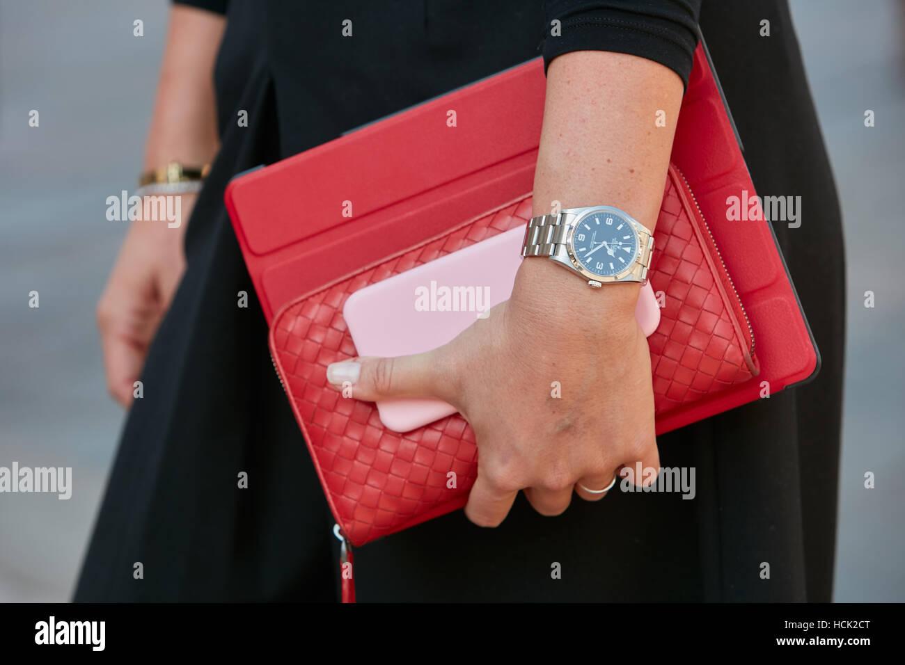 Frau mit Rolex Explorer Uhren und rote Tasche bevor Salvatore Ferragamo Modenschau, Milan Fashion Week Streetstyle Stockbild