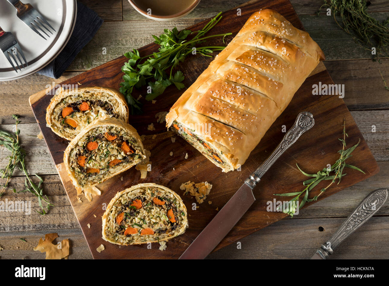 Hausgemachte Urlaub Vegan Wellington mit Karotten, Bohnen, Pilzen Stockbild