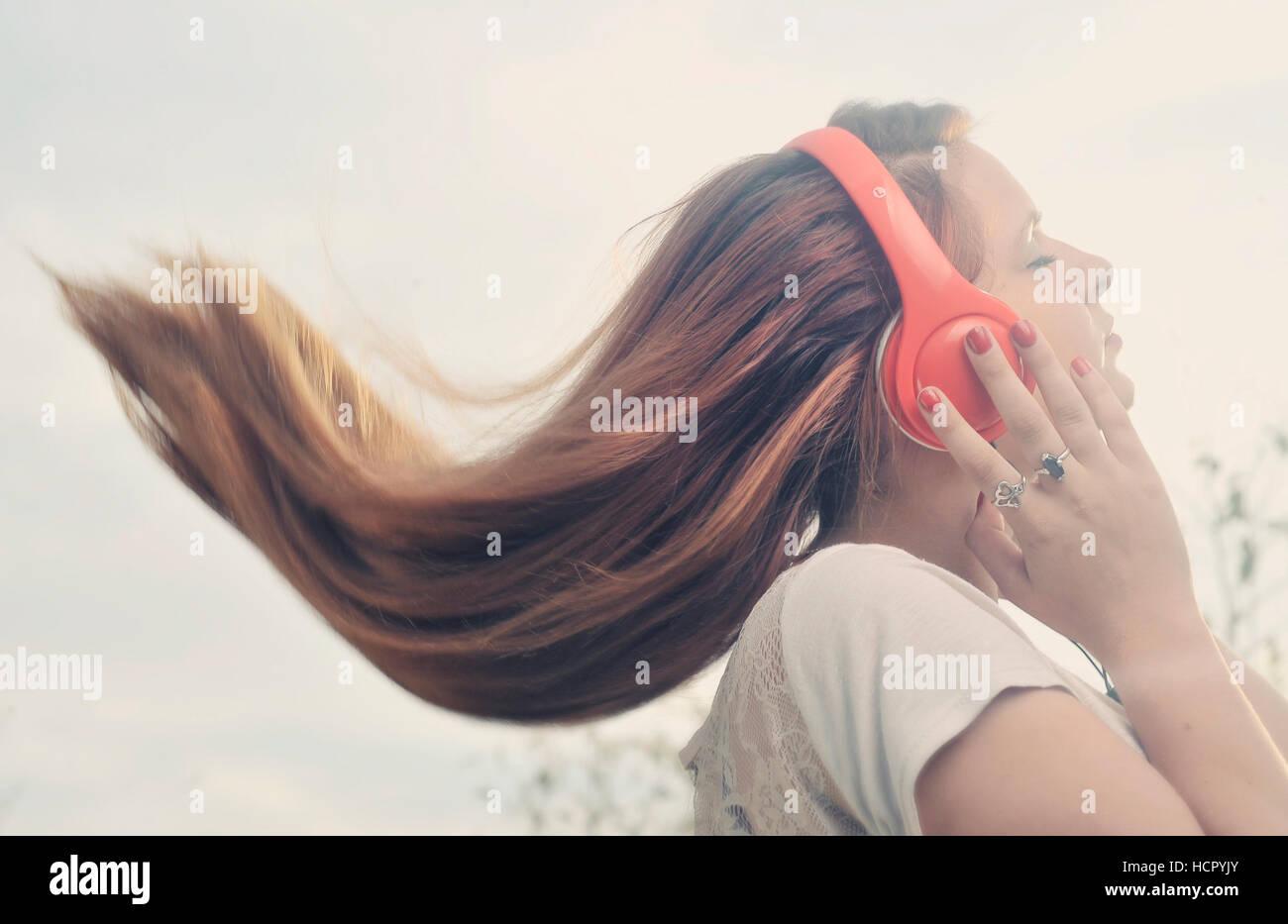 Mädchen ist die Musik über Kopfhörer hören Stockbild
