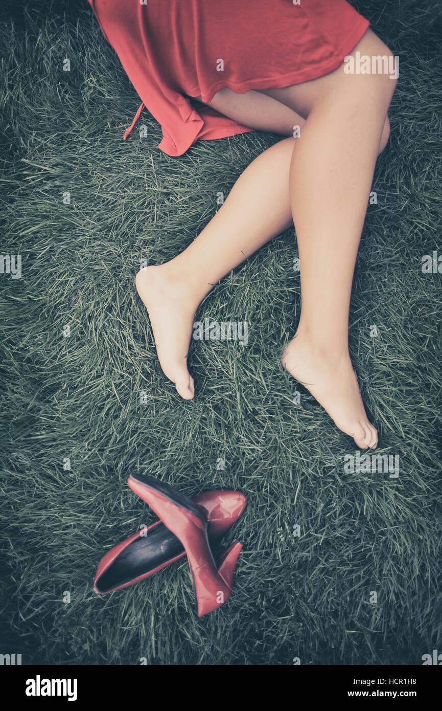 Mädchen auf der Wiese liegend Stockbild