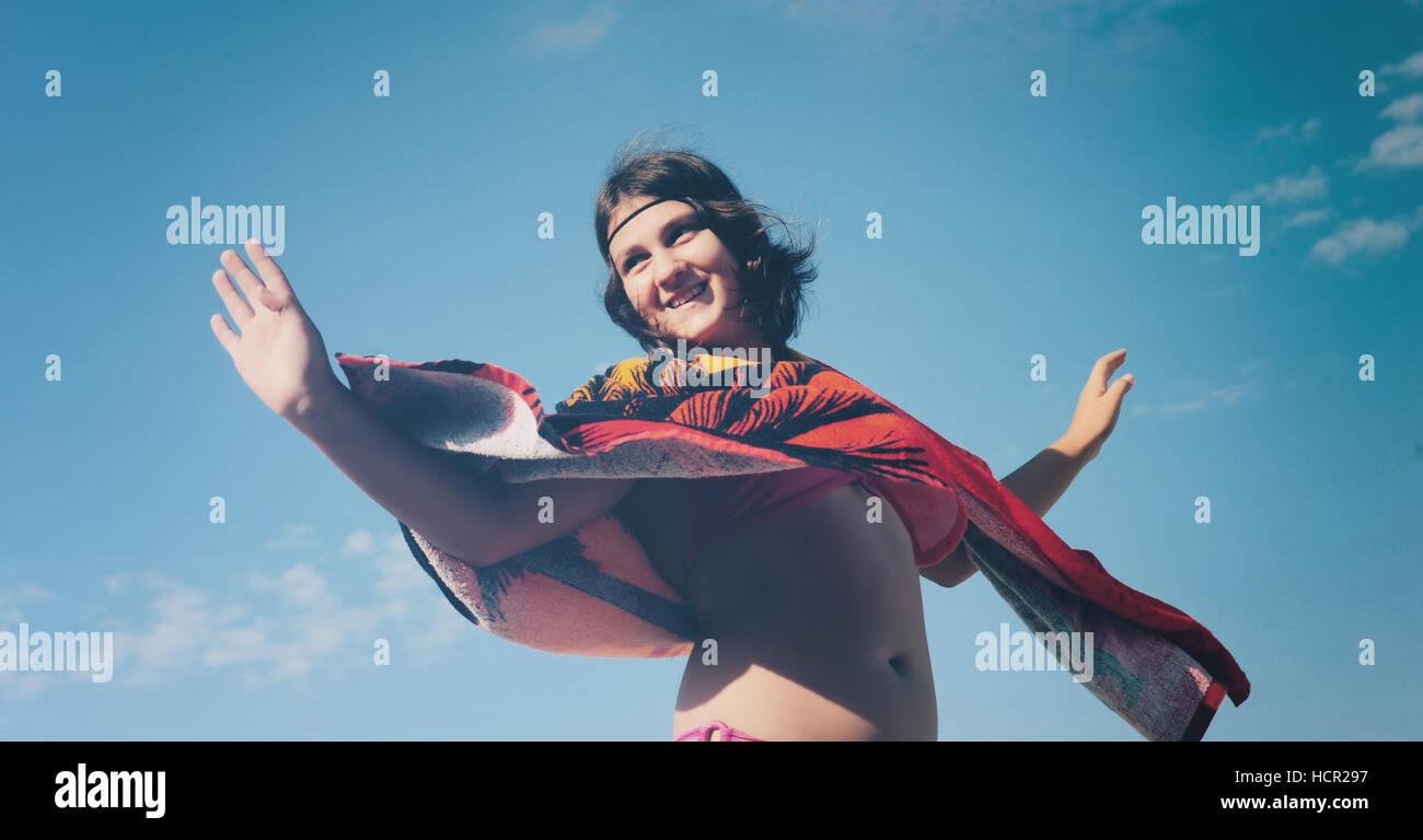 Mädchen auf dem Hintergrund des blauen Himmels Stockbild