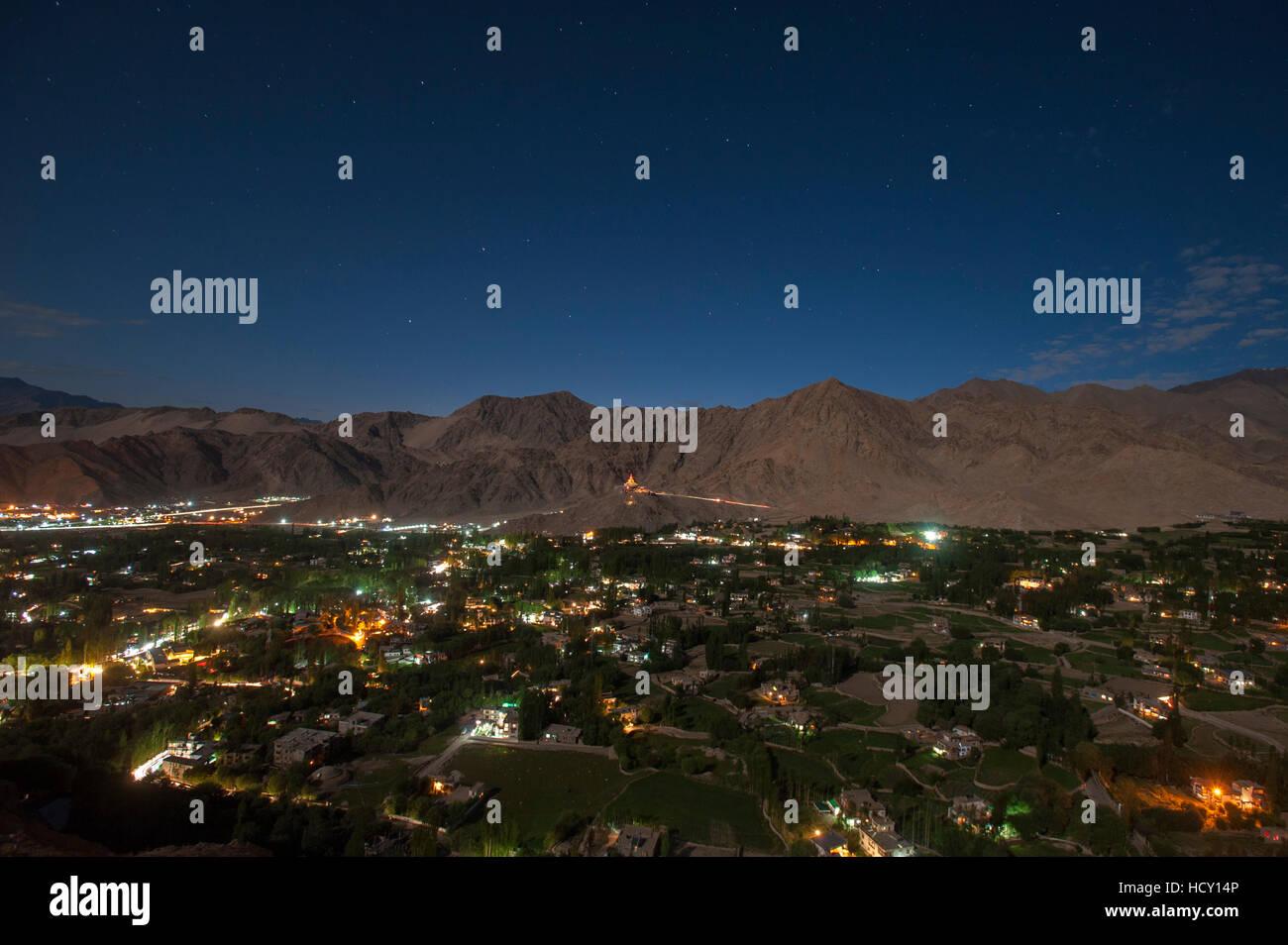 Leh, der Hauptstadt von Ladakh in der Nacht, Ladakh, Indien leuchtet Stockbild