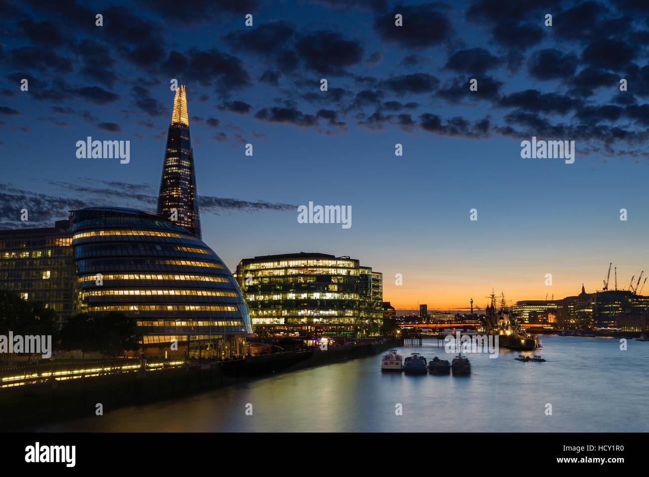 Dämmerung legt sich über London nach Sonnenuntergang entlang der Themse, mit der Shard, London, UK Stockbild