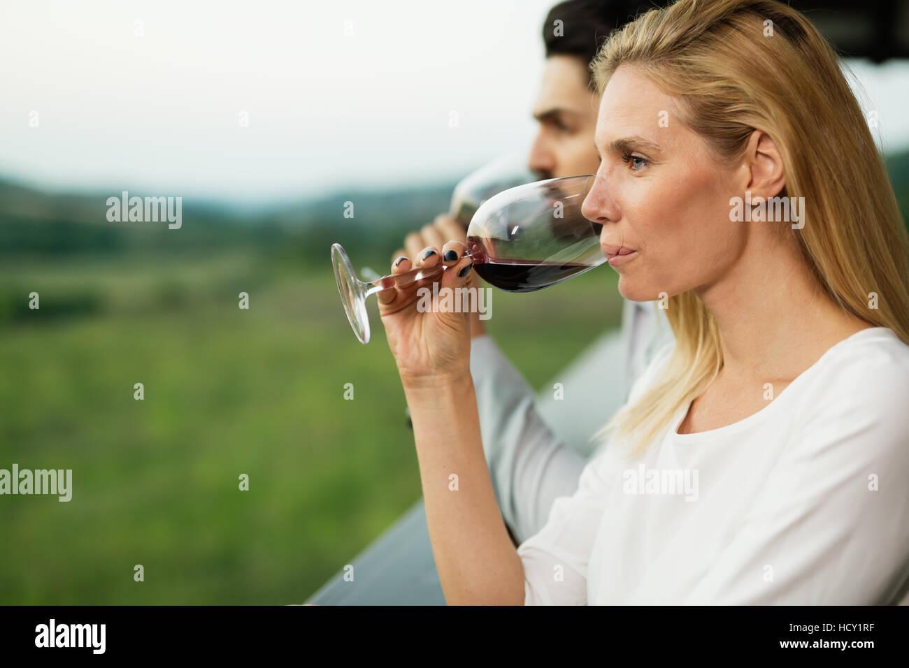 Schöne Frau, Wein und Landschaft genießen Stockbild