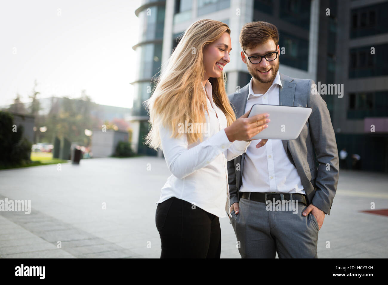 Kollegen im freien sprechen und mit tablet Stockbild