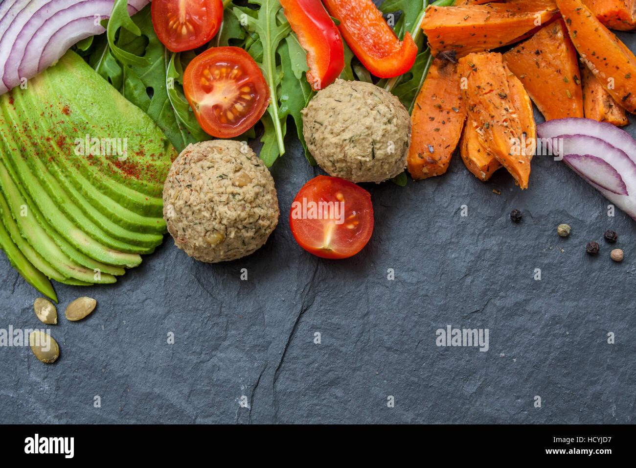 Vegan essen Frame: Avocado, Süßkartoffeln, Linsen Schnitzel, Tomaten ...