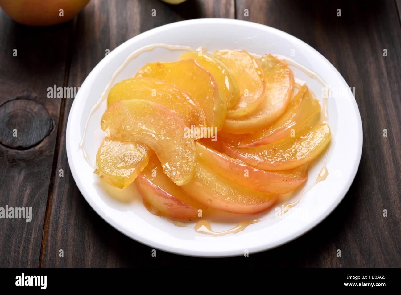 Karamellisierten Apfelscheiben auf Platte Stockbild