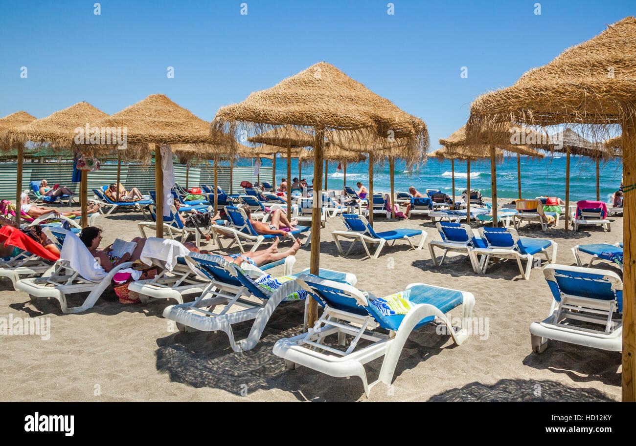 Spanien, Andalusien, Provinz Malaga, Costa Del Sol, Marbella, Sonnenschirme an der Playa de Venus Stockfoto