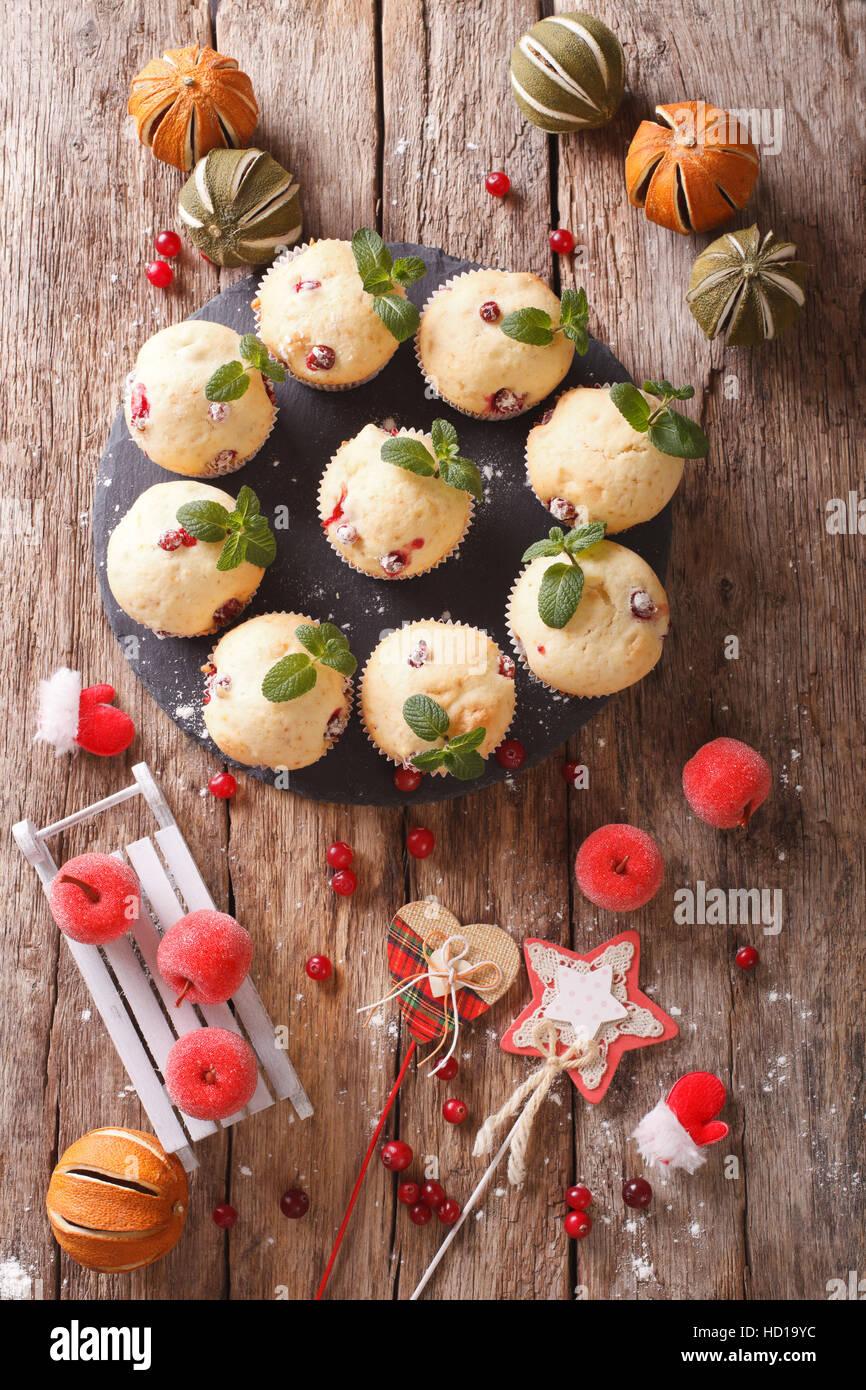 Frisch gebackene Muffins mit Preiselbeeren Nahaufnahme auf dem Tisch. vertikale Ansicht von oben Stockbild