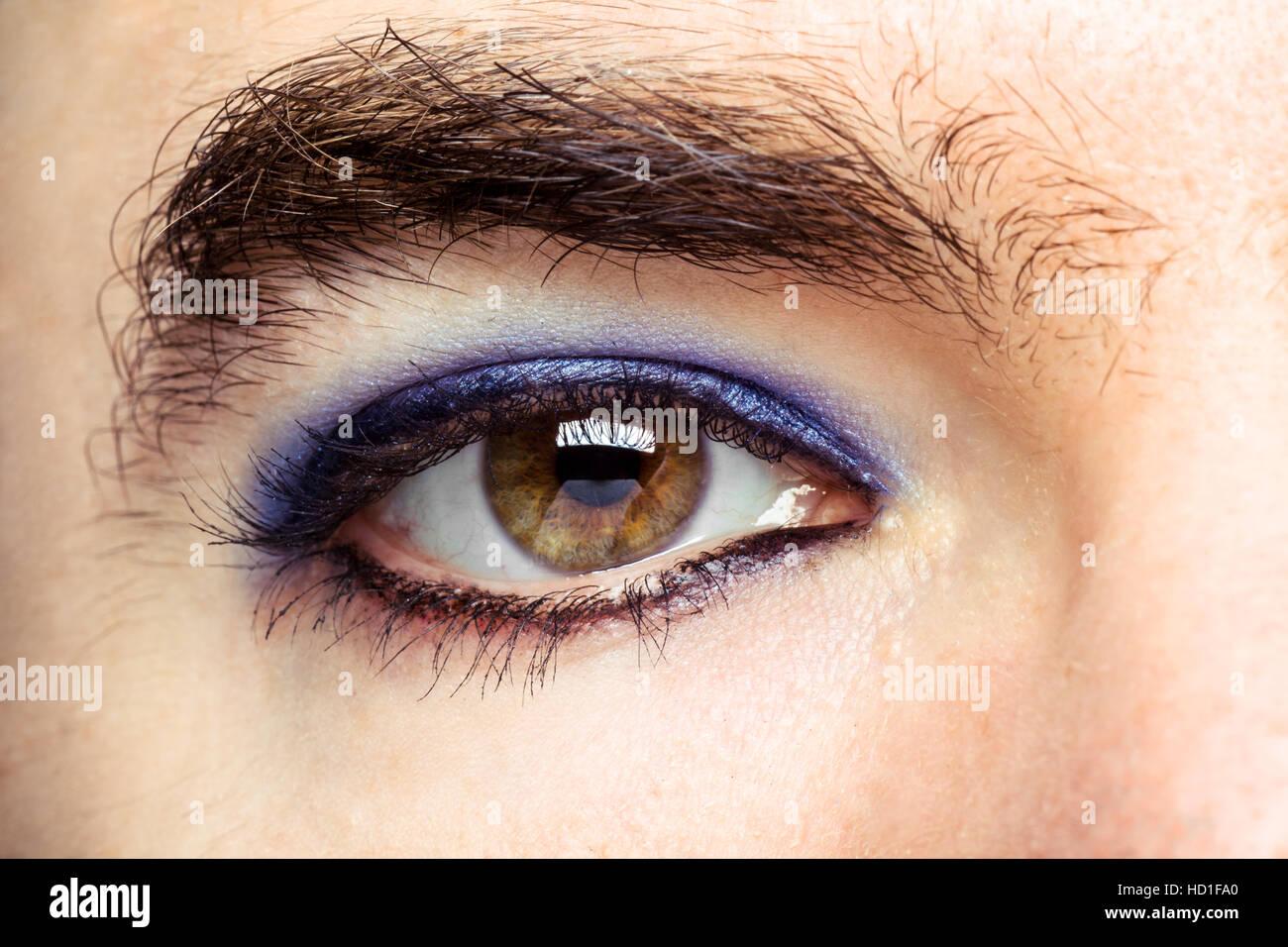 Transgender Menschen Auge mit Make Up Stockbild
