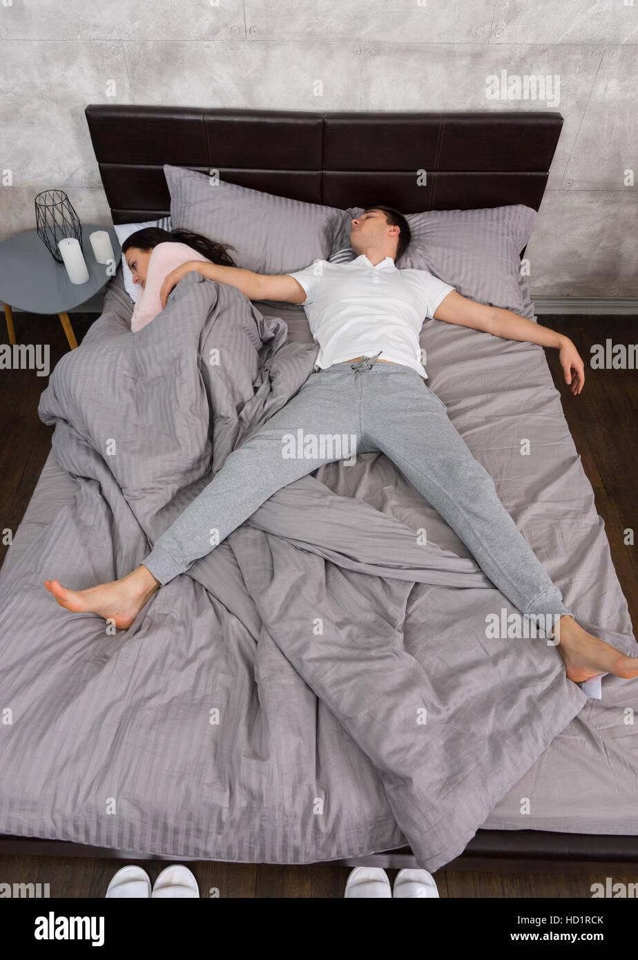 Bett Position schöner junger mann schlafen im freifall position mit seiner