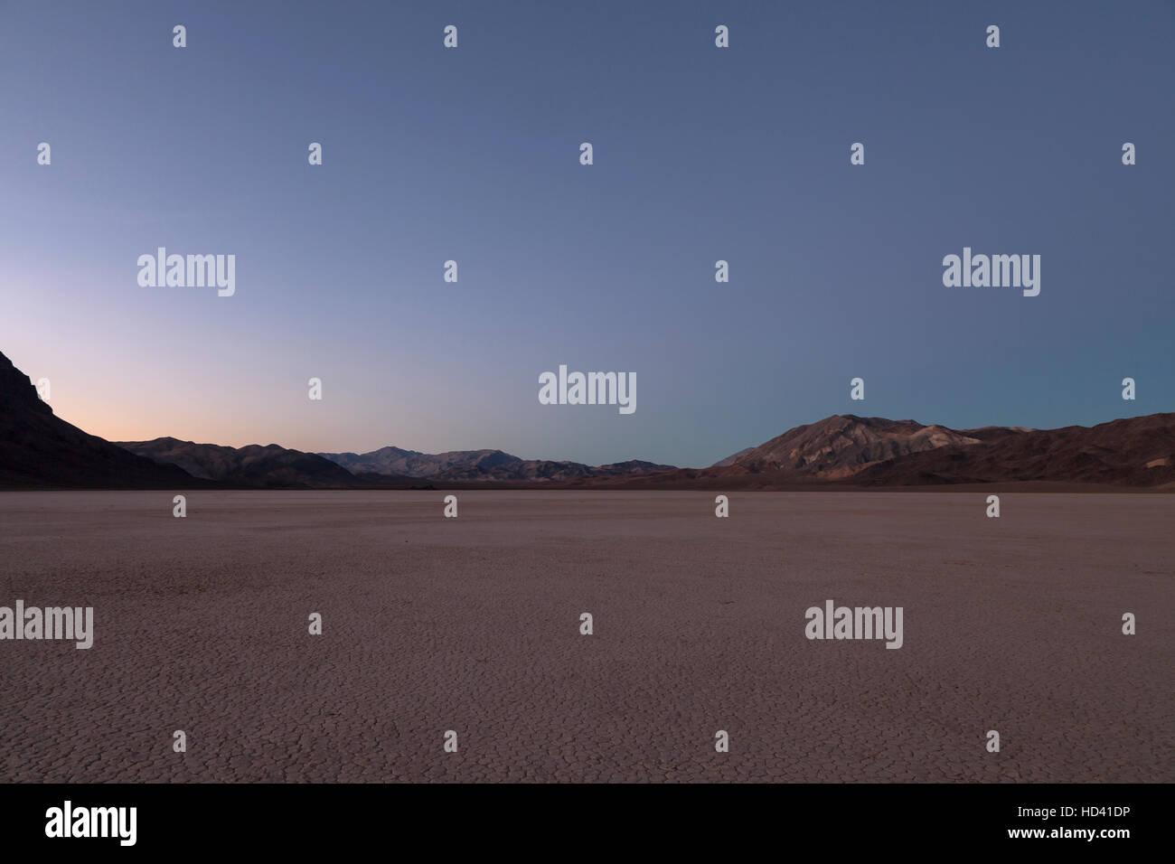 Abenddämmerung auf dem Racetrack Playa in Death Valley Nationalpark. Das Racetrack Playa ist bekannt für Stockbild