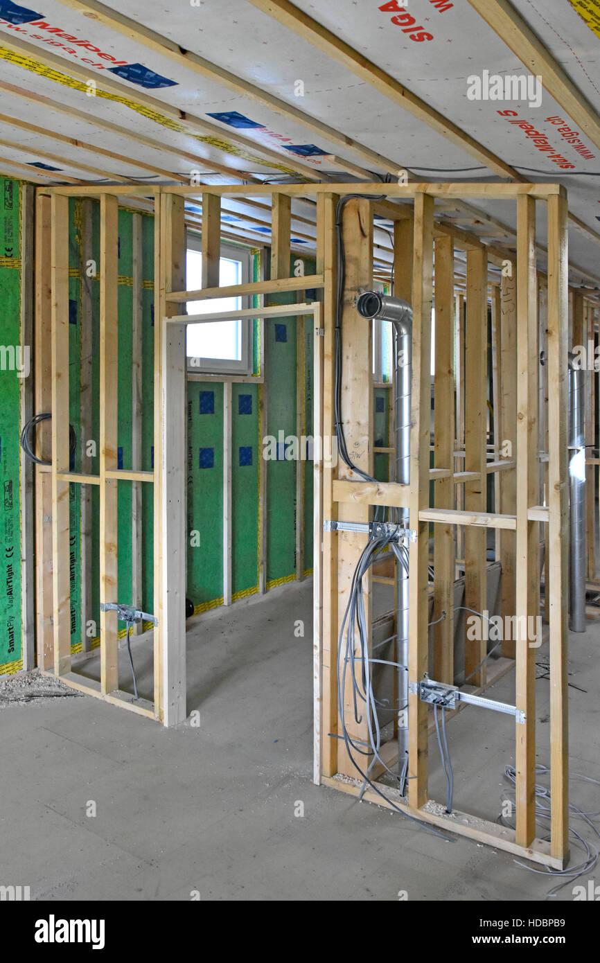 Neue UK Energieeffizienz Passivhaus Innenausbau zeigt Kanalisierung, Elektrik & Holz Stud Partitionen mit schrägen Stockbild
