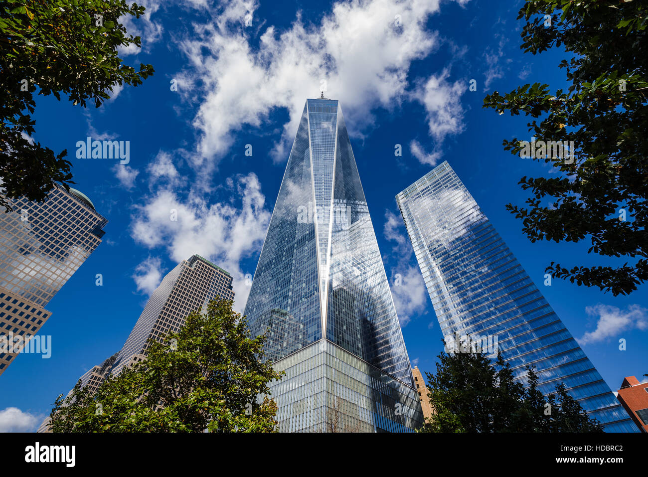 Eins und sieben World Trade Center Wolkenkratzer mit einer blauen Morgenhimmel. Manhattan, New York City Stockbild