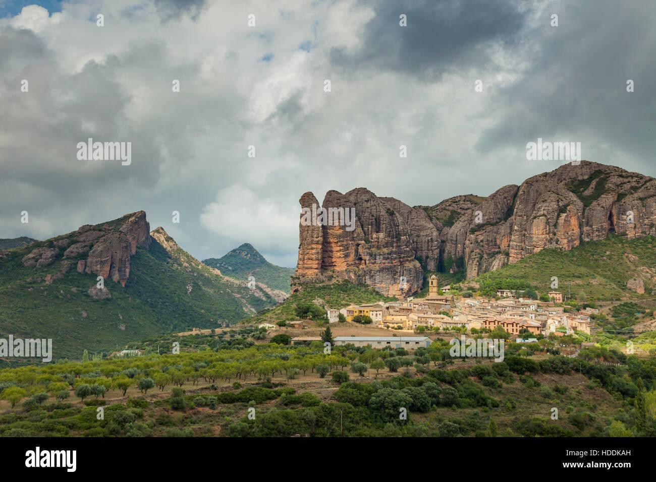 Stürmischer Himmel über Mallos de Agüero, einem berühmten Felsformation in Huesca, Aragon, Spanien. Stockbild