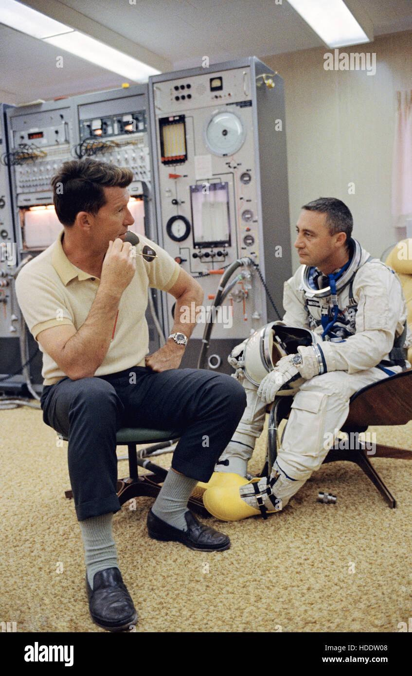 NASA-Gemini-Titan-3 backup Crew Astronaut, die Wally Schirra (links) Gespräche mit erstklassigen Mannschaft Stockbild