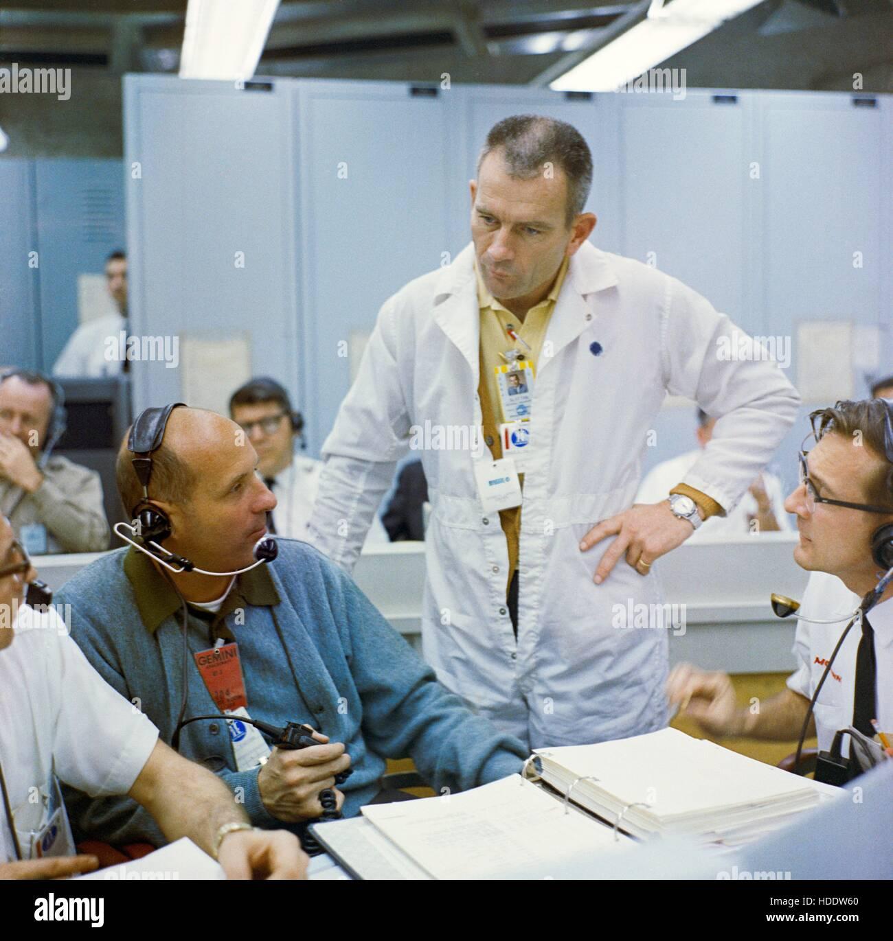 NASA-Gemini-Titan-3 backup Crew Astronaut Thomas Stafford (links) und Flight Crew Operations Assistant Director Stockbild