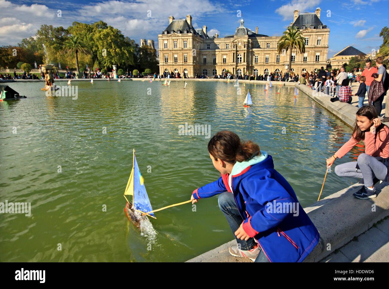 Retro-Boote aus Holz - Spielzeug in den Pool vor dem Palais du Luxembourg (Palais) in Luxemburg-Garten (Jardin), Stockbild