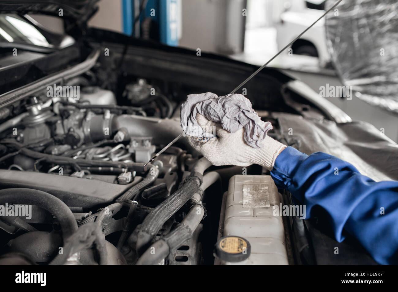 Seitenansicht der mechanischen Prüfung Motoröl in einem Auto mit ...