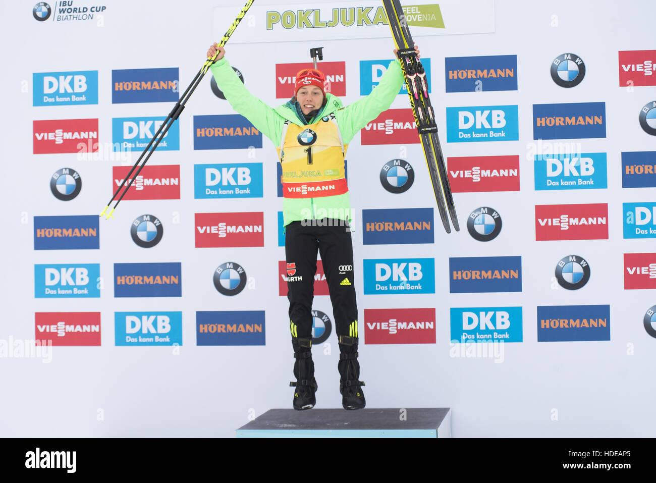 Pokljuka, Slowenien. 10. Dezember 2016. Laura Dahlmeier Deutschlands am Podium Celbrating ihren ersten Platz bei Stockbild