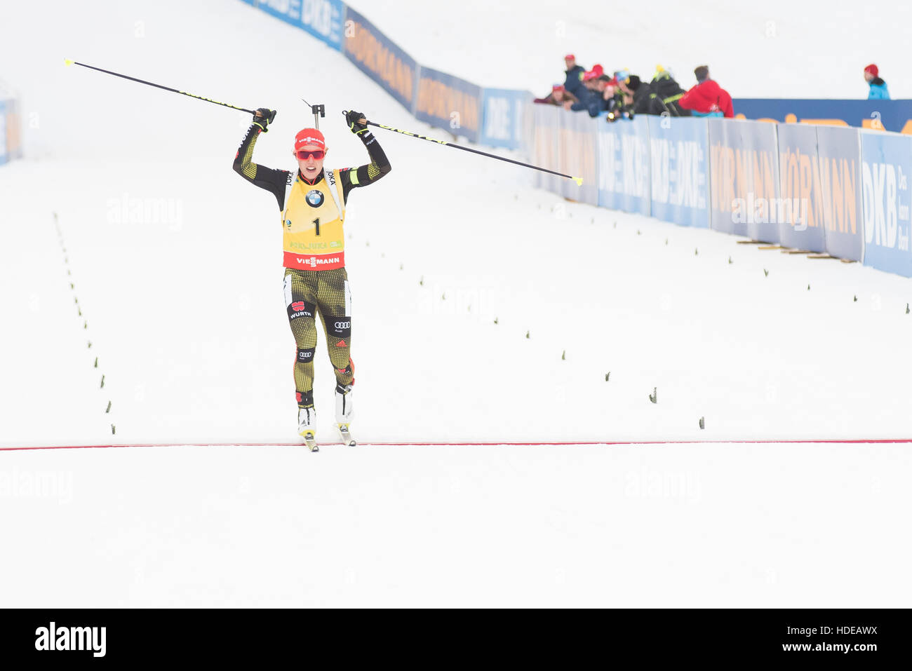 Pokljuka, Slowenien. 10. Dezember 2016. Laura Dahlmeier Deutschland Kreuzung Ziellinie während 10 km Verfolgung Stockbild