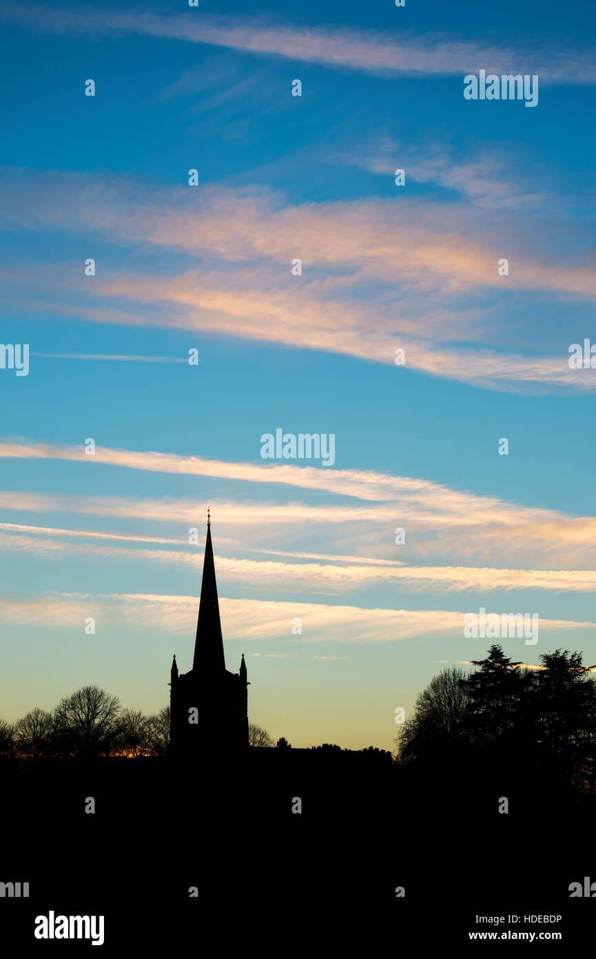 Die Kirche der Heiligen Dreifaltigkeit bei Sonnenuntergang. Stratford-upon-Avon, Warwickshire, England. Silhouette Stockbild